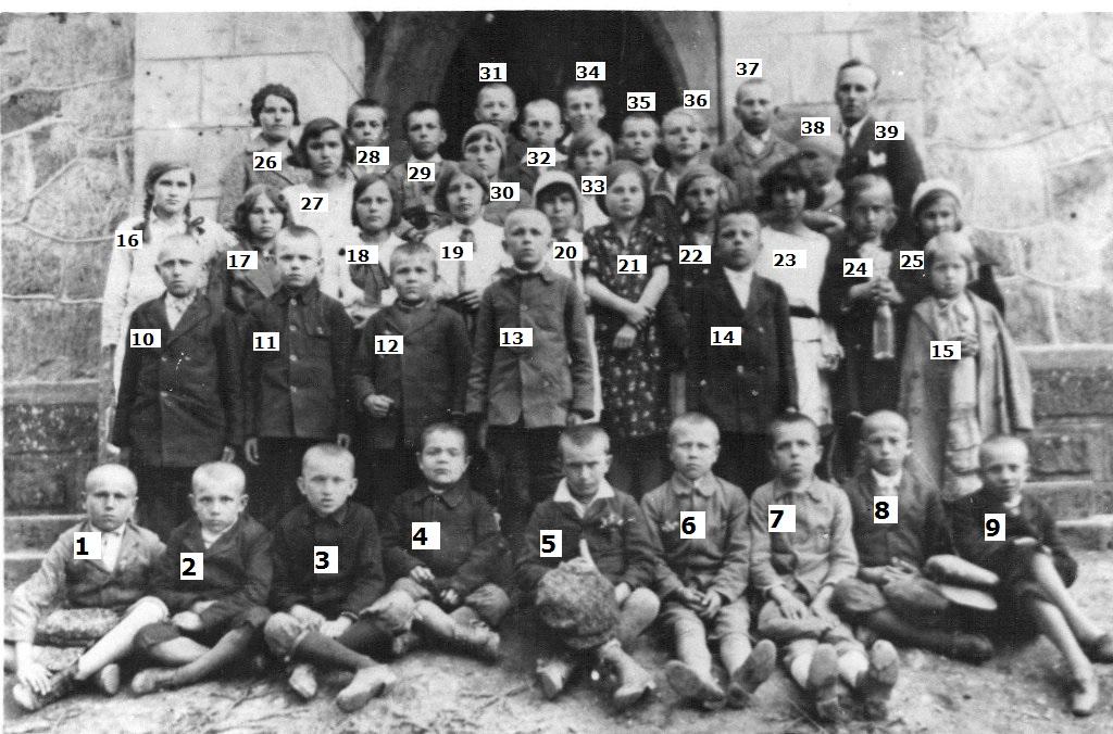 Stefania Zborowska przed szkołą w Łękach Dukielskich 1928 rok z numerkami