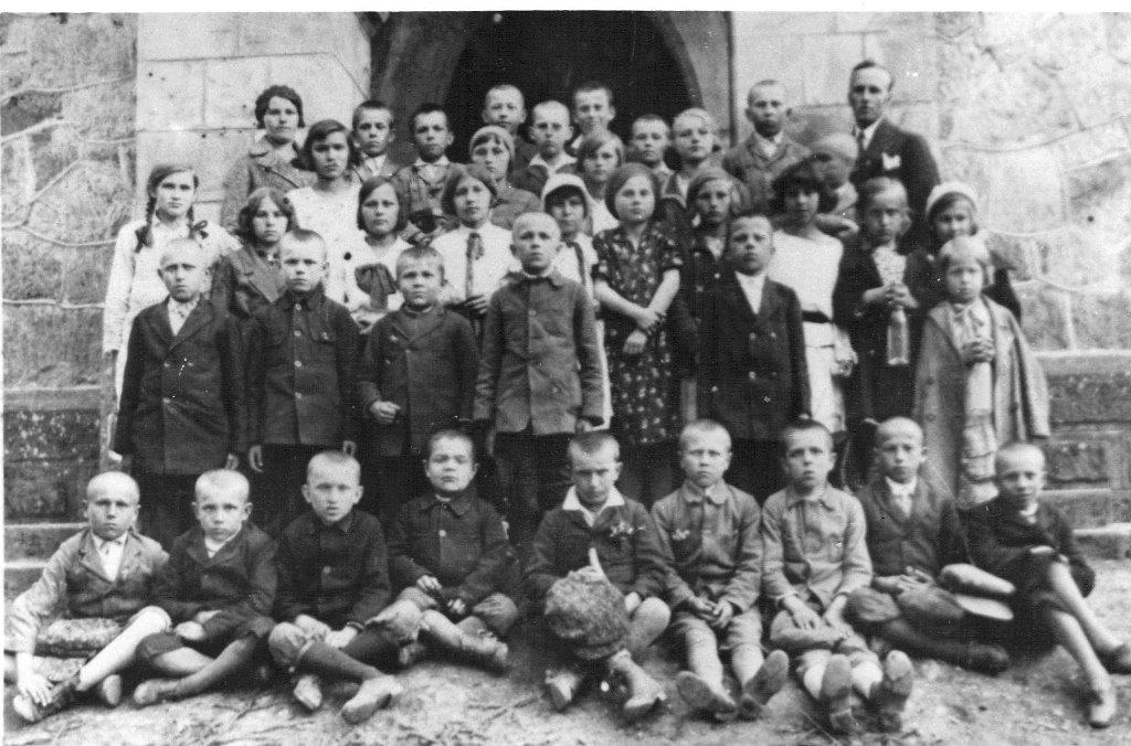 Stefania Zborowska przed szkołą w Łękach Dukielskich 1928 rok