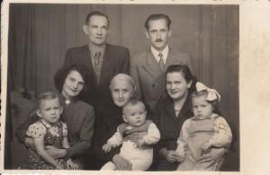 zdjęcie rodzinne Kopytyńskich i Przybyszów, po lewej Agata i jej mąż Stanisław